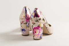 Ρόδινο ψηλοτάκουνο παπούτσι με τη χάραξη των μεξικάνικων λουλουδιών στοκ εικόνες