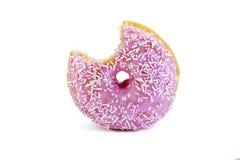 Ρόδινο doughnut με ένα δάγκωμα που λαμβάνεται έξω απομονωμένος στο wh Στοκ Φωτογραφία