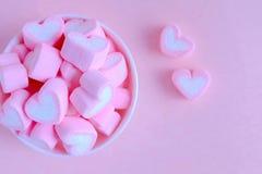 Ρόδινο marshmallow υπόβαθρο, marshmallow καρδιών στο άσπρο φλυτζάνι, Val στοκ εικόνα