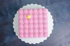 Ρόδινο velour σοκολάτας mousse κέικ με τα μαργαριτάρια Στοκ εικόνες με δικαίωμα ελεύθερης χρήσης