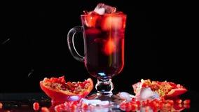 Ρόδι και χυμός ροδιών με τον πάγο απόθεμα βίντεο