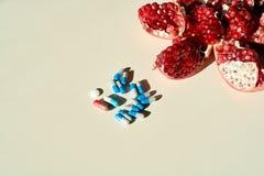Ρόδι, ταμπλέτες και κάψες, χάπια Έννοια μιας υγιούς ζωής στοκ φωτογραφίες με δικαίωμα ελεύθερης χρήσης