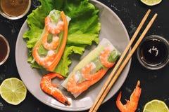 Ρόλοι άνοιξη με τις γαρίδες σε ένα σκοτεινό υπόβαθρο Ασιατική κουζίνα, υγιής έννοια κατανάλωσης επάνω από την όψη Στοκ φωτογραφία με δικαίωμα ελεύθερης χρήσης