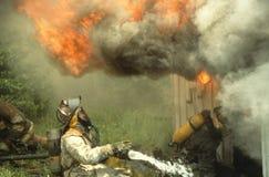 Ρόλοι βολίδων πέρα από ένα κεφάλι πυροσβεστών στοκ φωτογραφίες με δικαίωμα ελεύθερης χρήσης