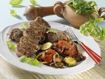 Ρόλοι βόειου κρέατος με τα ψημένα στη σχάρα λαχανικά Στοκ Φωτογραφία
