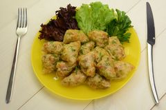 Ρόλοι λάχανων που γεμίζονται με το κρέας, το ρύζι και τα λαχανικά κοτόπουλου Ρωσικά τρόφιμα Στοκ Εικόνες