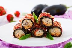 Ρόλοι μελιτζάνας με το κρέας στη σάλτσα ντοματών Στοκ φωτογραφία με δικαίωμα ελεύθερης χρήσης