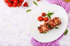 Ρόλοι μελιτζανών μελιτζάνας με το κρέας στη σάλτσα ντοματών Στοκ εικόνες με δικαίωμα ελεύθερης χρήσης