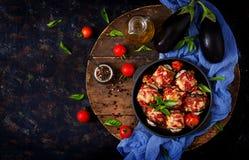 Ρόλοι μελιτζανών μελιτζάνας με το κρέας στη σάλτσα ντοματών Στοκ φωτογραφία με δικαίωμα ελεύθερης χρήσης