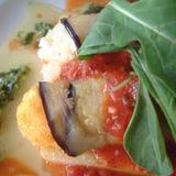 Ρόλοι μελιτζανών με την ντομάτα, το βασιλικό και το polenta Στοκ εικόνα με δικαίωμα ελεύθερης χρήσης