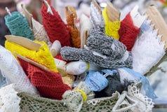 Ρόλοι με τη δαντέλλα στα διαφορετικά χρώματα στο καλάθι στοκ εικόνα με δικαίωμα ελεύθερης χρήσης
