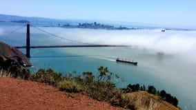 Ρόλοι ομίχλης πέρα από τη χρυσή γέφυρα πυλών στοκ φωτογραφία με δικαίωμα ελεύθερης χρήσης
