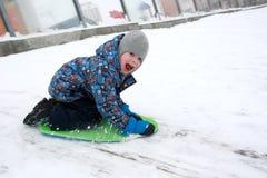 Ρόλοι παιδιών στο χιόνι στοκ φωτογραφίες με δικαίωμα ελεύθερης χρήσης