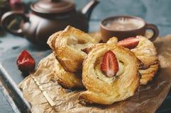 Ρόλοι της ζύμης ριπών και του τυριού, σπιτικά ευρωπαϊκά Σπιτικά κουλούρια για το τσάι στοκ φωτογραφία με δικαίωμα ελεύθερης χρήσης