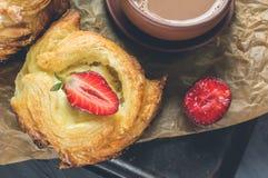 Ρόλοι της ζύμης ριπών και του τυριού, σπιτικά ευρωπαϊκά Σπιτικά κουλούρια για το τσάι στοκ φωτογραφίες με δικαίωμα ελεύθερης χρήσης