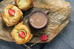 Ρόλοι της ζύμης ριπών και του τυριού, σπιτικά ευρωπαϊκά Σπιτικά κουλούρια για το τσάι στοκ εικόνα