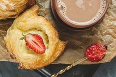 Ρόλοι της ζύμης ριπών και του τυριού, σπιτικά ευρωπαϊκά Σπιτικά κουλούρια για το τσάι στοκ εικόνα με δικαίωμα ελεύθερης χρήσης
