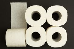 Ρόλοι του άσπρου χαρτιού τουαλέτας σε ένα μαύρο υπόβαθρο, έννοια στοκ φωτογραφία με δικαίωμα ελεύθερης χρήσης