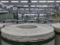 Ρόλοι του βαμβακιού σε ένα υφαντικό εργοστάσιο Στοκ φωτογραφία με δικαίωμα ελεύθερης χρήσης
