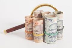 Ρόλοι των ινδικών σημειώσεων ρουπίων νομίσματος με την ενίσχυση - γυαλί Στοκ φωτογραφία με δικαίωμα ελεύθερης χρήσης