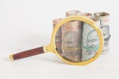 Ρόλοι των ινδικών σημειώσεων ρουπίων νομίσματος με την ενίσχυση - γυαλί Στοκ Εικόνες