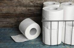 Ρόλοι χαρτιού τουαλέτας στον πίνακα στοκ εικόνα