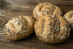 Ρόλοι ψωμιού που ψεκάζονται με το άλας και το το κυμινοειδές κάρο Στοκ φωτογραφίες με δικαίωμα ελεύθερης χρήσης