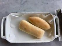 Ρόλοι ψωμιού στο άσπρο εμπορευματοκιβώτιο μετάλλων στοκ φωτογραφίες με δικαίωμα ελεύθερης χρήσης