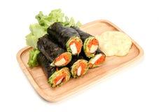 Ρόλος άνοιξη φρέσκων λαχανικών, ρόλος σαλάτας στο σωλήνα φυκιών στο ξύλινο πιάτο, καθαρά τρόφιμα, σαλάτα για την απώλεια βάρους στοκ εικόνες με δικαίωμα ελεύθερης χρήσης