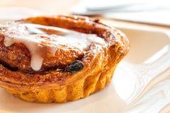 Ρόλος κανέλας Croissant με τη σταφίδα και την εύγευστη τήξη ζάχαρης λούστρου γλυκιά Η μίνι δανική σταφίδα στροβιλίζεται τη ζύμη ρ στοκ φωτογραφία με δικαίωμα ελεύθερης χρήσης