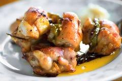 Ρόλος κοτόπουλου με το μπέϊκον, το πιπέρι και το κρεμμύδι στη βελόνα Στοκ εικόνα με δικαίωμα ελεύθερης χρήσης
