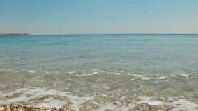 Ρόλος κυμάτων στην ακτή με τα χαλίκια απόθεμα βίντεο