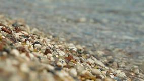 Ρόλος κυμάτων στην ακτή με τα χαλίκια φιλμ μικρού μήκους