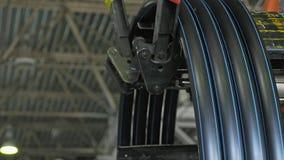 Ρόλος που περνά κλωστή στο σωλήνα σπειρών Κατασκευή του πλαστικού εργοστασίου υδροσωλήνων Διαδικασία τους πλαστικούς σωλήνες στη  στοκ εικόνες