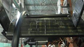 Ρόλος που περνά κλωστή στο σωλήνα σπειρών Κατασκευή του πλαστικού εργοστασίου υδροσωλήνων Διαδικασία τους πλαστικούς σωλήνες στη  απόθεμα βίντεο