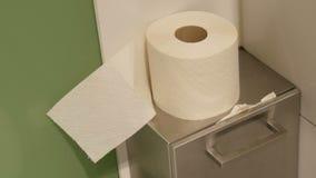 Ρόλος του άσπρου χαρτιού τουαλέτας στο θαλαμίσκο μιας δημόσιας τουαλέτας απόθεμα βίντεο
