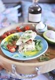 Ρόλος του ψωμιού pita στη σχάρα γέμισμα με τα ψάρια και τη σαλάτα ελαιόλαδο αβοκάντο και γεύμα σε έναν ξύλινο δίσκο τρόφιμα υγιή στοκ φωτογραφία με δικαίωμα ελεύθερης χρήσης