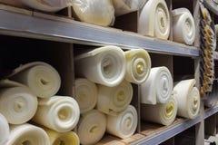 Ρόλων άσπρη και κίτρινη σύσταση οικοδομικού υλικού αφρού λαστιχένια Σφραγίζοντας υπόβαθρο επιφάνειας φύλλων αφρού πολυστυρολίου στοκ εικόνα