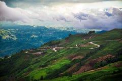 δρόμος βουνών τοπίων ημέρας Στοκ φωτογραφία με δικαίωμα ελεύθερης χρήσης