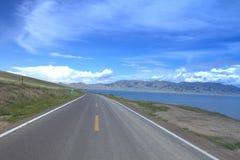 Δρόμος γύρω από τη λίμνη Sailimu Στοκ Φωτογραφία