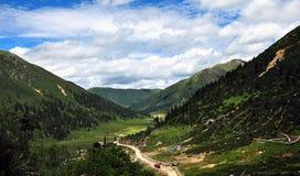 δρόμος Θιβέτ βουνών επάνω που τυλίγει Στοκ Φωτογραφίες