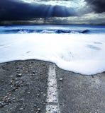 Δρόμος και θάλασσα Έννοια θύελλας θάλασσας Στοκ εικόνα με δικαίωμα ελεύθερης χρήσης