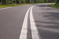Δρόμος με πολλ'ες στροφές στο δάσος Στοκ φωτογραφία με δικαίωμα ελεύθερης χρήσης