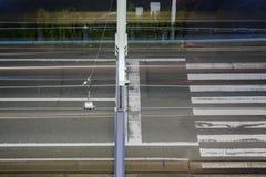 δρόμος πόλεων με τις γραμμές διαβάσεων πεζών και τραμ Στοκ εικόνα με δικαίωμα ελεύθερης χρήσης