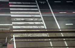 δρόμος πόλεων με τις γραμμές διαβάσεων πεζών και τραμ Στοκ φωτογραφία με δικαίωμα ελεύθερης χρήσης