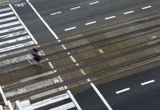 δρόμος πόλεων με τις γραμμές διαβάσεων πεζών και τραμ Στοκ φωτογραφίες με δικαίωμα ελεύθερης χρήσης