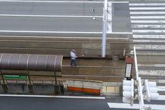 δρόμος πόλεων με τις γραμμές διαβάσεων πεζών και τραμ Στοκ Εικόνες