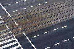 δρόμος πόλεων με τις γραμμές διαβάσεων πεζών και τραμ Στοκ Εικόνα