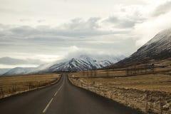 Δρόμος στο ηφαιστειακό τοπίο βουνών στην Ισλανδία Στοκ Εικόνα