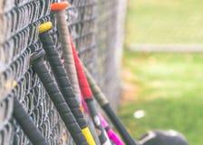 Ρόπαλα του μπέιζμπολ ενάντια στο φράκτη στοκ φωτογραφία